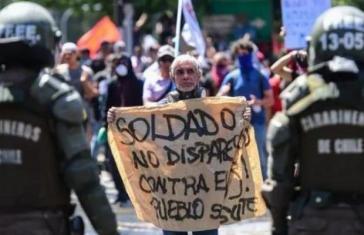 """Demonstrant  in Chile: """"Soldat, schieß nicht auf das Volk"""""""