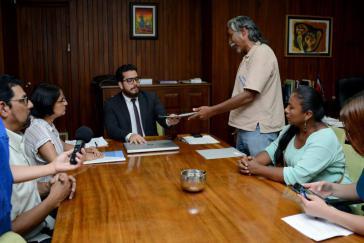 Das Mitglied des Ältestenrates, Pablo Sivas, übergab die Petition dem Präsidialamtsminister Juan Alfaro