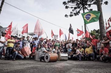 Mitglieder der brasilianischen Gewerkschaft Central Única dos Trabalhadores protestieren für Lulas Freilassung