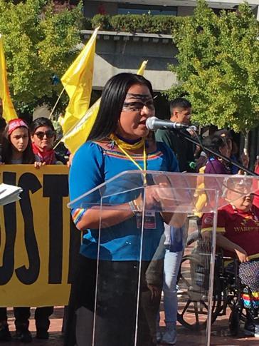 Mirian Cisneros, Vorsitzende der Gemeinschaft der Sarayaku bei einer Kundgebung.