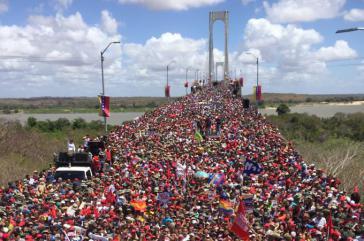 Am Mittwoch gingen in Bolívar eine große Menge an Unterstützern der Regierung auf die Straßen, hier auf der Brücke Angostura