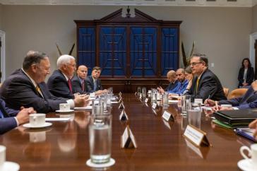 Treffen von Vertretern der Regierung der USA (mit Mike Pence, links) und Mexiko (mit Marcelo Ebrard, rechts)