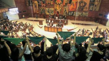 Frauen demonstrierten für die Legalisierung des Schwangerschaftsabbruchs bei der ersten Aussprache im Parlament von Ecuador am 3. Januar