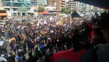 Tausende Menschen nahmen an dem Protestzug am Sonntag in Quito, Ecuador, teil