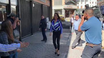 Paola Pabón auf dem Weg zur Präfektur, wo sie am Mittwoch ihre Arbeit wieder aufnahm
