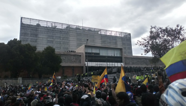 Demonstranten vor der Nationalversammlung in Quito, Ecuador