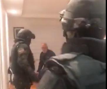 Schwer bewaffnete Polizisten in der Wohnung der Präfektin der Provinz Pichincha