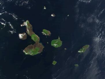 Die Galápagos-Inseln. San Cristóbal ist die größere Insel am rechten Bildrand