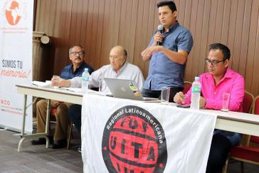"""Jorge Hernández (stehend) beim Forum """"Folgen des Putsches für die Menschenrechte"""" in Honduras"""