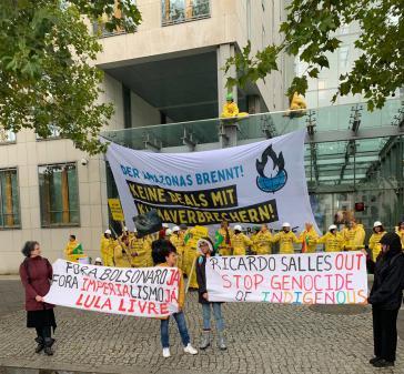 """Kein Zugang für Brasiliens reaktionären Umweltminister Salles. Der Eingang der IHK blockiert. """"Stoppt den Genozid an den Indigenen"""""""