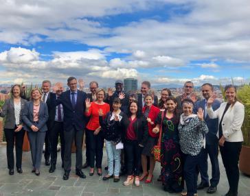 Die Botschafterin der EU in Kolumbien, Llombart (rote Bluse), links neben ihr BRD-Botschafter Ptassek mit weiteren EU-Vertretern und Gesandten sozialer Bewegungen bei der Vorstellung der Initiative am 11. Juni