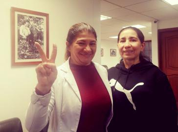 Omaira Rojas Cabrera alias Sonia (rechts im Bild) nach ihrer Freilassung mit Farc-Senatorin Sandra Ramírez
