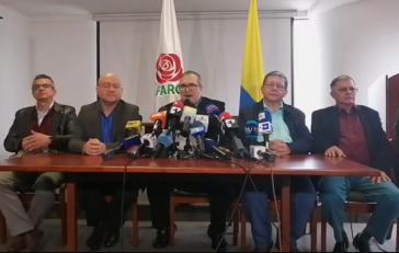 Der Vorsitzende der Farc-Partei Rodrigo Londoño (Mitte) mit weiteren Mitgliedern des Nationalen politischen Rates der Farc bei der Pressekonferenz am Donnerstag (Screenshot)
