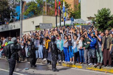 Studierende der Elite-Universität Javeriana solidarisieren sich mit ihren Kommilitonen von der Universidad Distrital