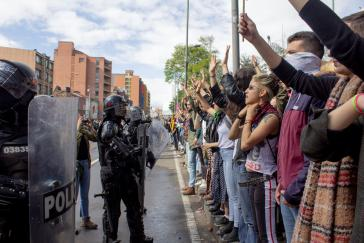 Studierende in Bogotá protestieren  gegen Korruption und gegen das Vorgehen der Aufstandsbekämpfungseinheit Esmad