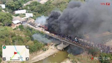 """Brennende LKW auf kolumbianischer Seite beim Versuch der USA und Guaidós, die Einführung """"humanitärer Hilfe"""" nach Venezuela zu erzwingen. ARD-o-Ton: """"Hilfsmittel brennen, es gibt Tote, das heißt, wir haben jetzt einen legitimen Grund, um weitere Sanktionen einzuführen oder vielleicht sogar eine militärische Intervention..."""""""