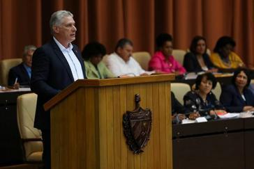 Präsident Miguel Díaz-Canel vor dem Parlament