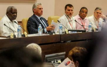 Kubas Präsident Díaz-Canel (zweiter von links) gab bei der Abschlusstagung des Verbands der kubanischen Ökonomen wichtige Änderungen bekannt