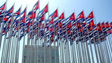 Kubanische Fahnen vor der US-Botschaft in Havanna