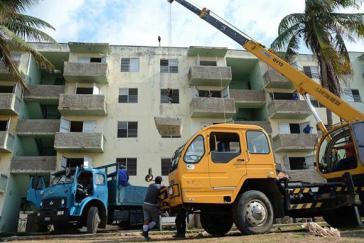 Das Studentenwohnheim La Residencia de Micro X in Alamar wird in ein Mehrfamilienhaus für Familien umgebaut, die nach dem Tornado obdachlos sind. Die Studenten wurden anderweitig untergebracht