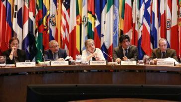 Cepal-Generalsekretärin Alicia Bárcena (Bildmitte) stellte den Jahresbericht 2018 in Santiago vor