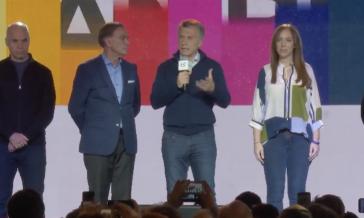 Die Kandidaten des Regierungsbündnisses beim eingestehen ihrer Niederlage: María Eugenia Vidal, Mauricio Macri, Miguel Àngel Pichetto und Horacio Rodríguez Larreta (von rechts) (Screenshot)
