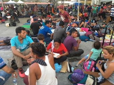 """Warten an einer Registrierungsstelle für die """"tarjeta humanitaria"""": Immer mehr Migranten aus Zentralamerika bleiben in Mexiko"""