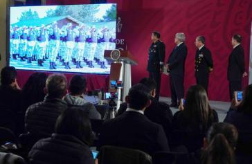 Vor der Presse warb Mexikos Präsident (zweiter von links) in Anwesenheit von Militärvertretern für sein Projekt und rief die Jugend Mexikos auf, sich der Nationalgarde anzuschließen
