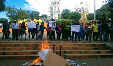 Betroffene des Elektrizitäts-Kraftwerks Huexca verbrennen Wahlscheine aus Protest gegen die umstrittene Volksbefragung, mit der die Regierung sich den Betrieb absegnen ließ. Nur 2,2 Prozent der Stimmberechtigten nahmen teil