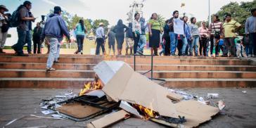 Im Bezirk Temoac verhinderte die Protestbewegung die Befragung, indem sie die Urnen verbrannte