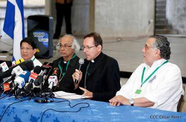 Dialogteilnehmer verlasen das gemeinsame Kommuniqué  bei einer Pressekonferenz