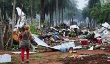 Eine Anwohnerin steht vor dem völlig zerstörten ehemaligen Viertel 12 de Junio