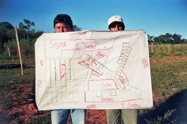 Kleinbäuerliche Dörfer umringt  von Pestizid-besprühten Sojafeldern in Caazapá in Paraguay (2005)