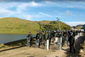 Im Auftrag der Betreiberfirmen schützen Polizisten in Peru das Goldbergwerk Yanacocha im peruanischen Departement Cajamarca vor den Protesten der örtlichen Bevölkerung (Screenshot)