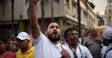 Schon am  25. April protestieren Ärzte und Lehrer in der honduranischen Hauptstadt Tegucigalpa gegen die Verabschiedung der Gesetze.