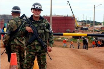 """""""Wir sind bei der Privatisierung der Sicherheitskräfte im Dienste der multinationalen Unternehmen"""", klagt Senator Iván Cepeda"""