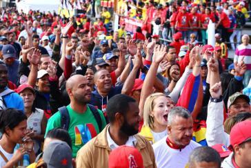 Zehntausende Regierungsanhänger feierten Maduro bei der Vereidigung in Caracas