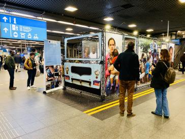Installation mit Fotos venezolanischer Migranten im größten Bahnhof Belgiens, dem Gare du Midi in Brüssel, anläßlich der Konferenz