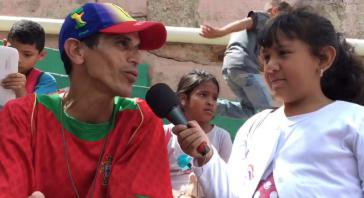 """Diese junge """"Kommunikatorin"""" interviewt einen Bewohner des Barrios"""