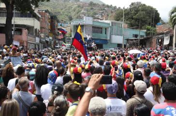 Selbsternannter Interimspräsident Guaidó vor Anhängern in Teilstaat Vargas, Venezuela