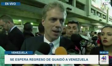 Der deutsche Botschafter Daniel Kriener empfing  Guaidó am internationalen Flughafen Simón Bolívar (Screenshot). Rechts unten eingeblendet: Aufruf der Opposition, auf die Straße zu gehen