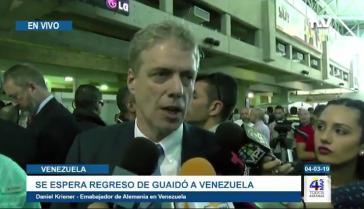 Der deutsche Botschafter erklärt Medienvertretern am Montag bei Guaidós Rückkehr die Beweggründe der Diplomaten