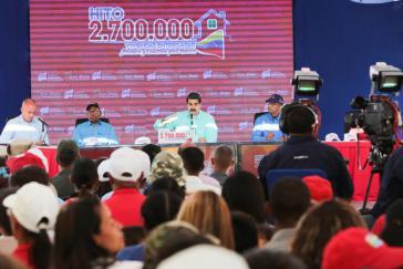Gouverneur Rodríguez (links im Bild) bestätigte im Rahmen der 2,7 Millionsten Wohnungsübergabe gemeinsam mit Präsident Maduro die Einrichtung ständiger Arbeitstreffen mit der Opposition