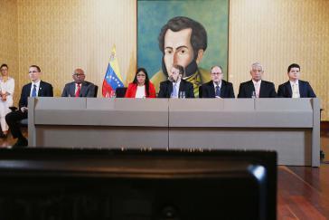 Regierungs-und Oppositionsvertreter bei ihrem Treffen am Montag