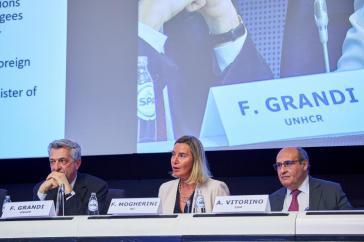 Filippo Grandi, UN-Flüchtlingskommissar der Vereinten Nationen (links), EU-Außenbeauftrage Mogherini und der Generaldirektor der IOM, António Vitorino auf dem Podium der Konferenz