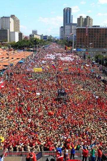 """Chavistas feierten am 2. Februar auf der Avenida Bolívar den 20.Jahrestag der Bolivarischen Revolution. ARD- Kommentar dazu: """"Es kamen bestellte Funktionäre und Milizen, der Boulevard an sich war weitgehend leer."""""""
