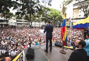 Oppositioneller Guaidó vor Anhängern in Venezuela