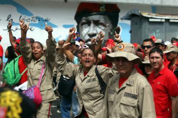 Unterstützer von Präsident Maduro auf dem Weg zu seinem Amtssitz Miraflores. Zahlreiche Milizionäre nahmen an dem Demonstrationszug teil