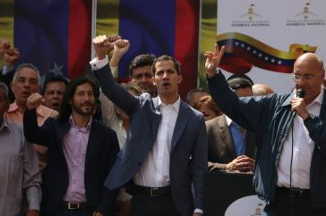 """Siegessicher mit Unterstützung durch USA, EU und rechtsgerichtete Regierungen Lateinamerikas: Der Vorsitzende des Parlaments, Juan Guaidó (Bildmitte), sieht sich bereits aĺs """"Interimspräsident"""" von Venezuela"""