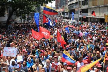 Regierungsanhänger auf den Straßen von Caracas, Venezuela
